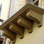 Rivestimento balcone con mensole e portale d'ingresso in Pietra Sabucina
