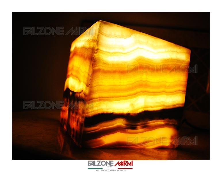 Lampada da tavolo in marmo onice