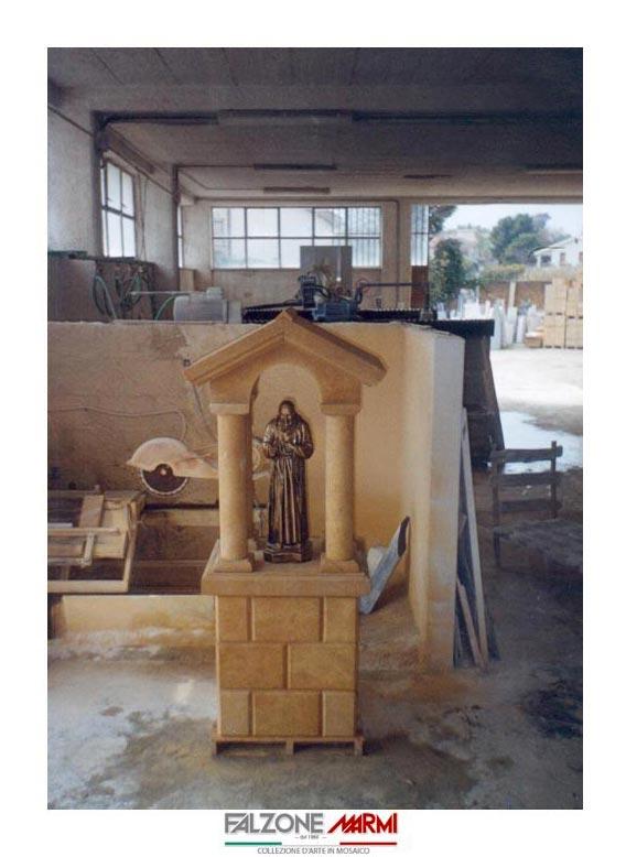 Base in pietra per la scultura della statua di Padre Pio