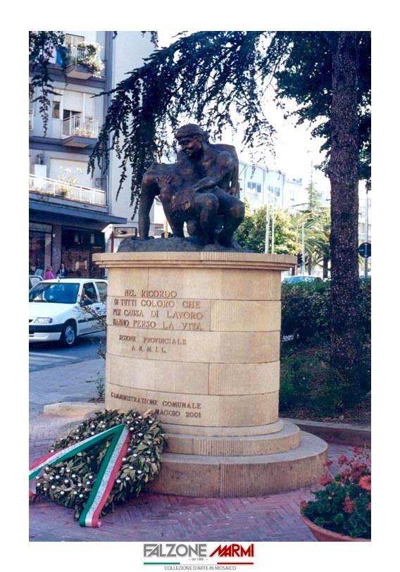 Scultura monumento ai caduti sul lavoro su base in pietra