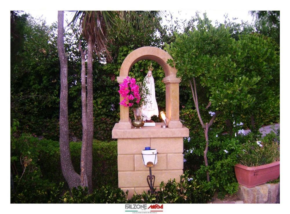 Base in Pietra Sabucina con la statua della Madonna