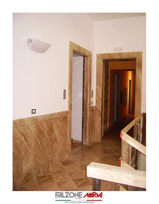 Realizzazione di piastrelle per la pavimentazione in marmo, del battiscopa e dello zoccolo in marmo e della cornice per le porte in marmo