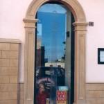 Rivestimento portale in massello con Pietra Sabucina per negozi